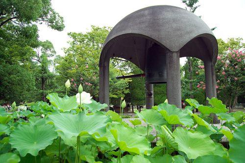 Bell of Peace, Peace Memorial Park, Hiroshima, Japan. By Fg2 (wik com).