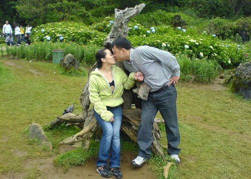 Kissing at Sa Pa, Vietnam, by Newone, wiki com