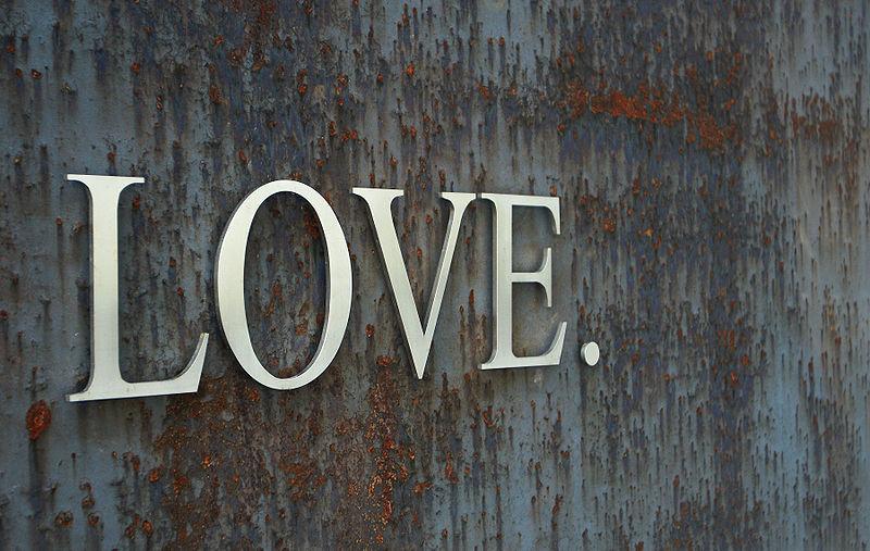 Chromstahl Letter auf einer rostigen Stahlplatte. Chrome steel letters on a rusty steel plate. By Friedrich Böhringer